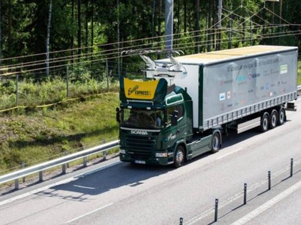 Os veículos pesados podem ser alimentados por uma rede elétrica graças a um sistema de distribuição de energia parecido com o utilizado nas linhas de trem da Europa (Foto: Scania CV AB)