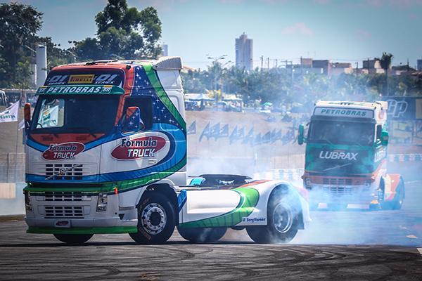 Aurelio Junior e Danielle nas manobras de caminhões  Foto: Larissa Riberti
