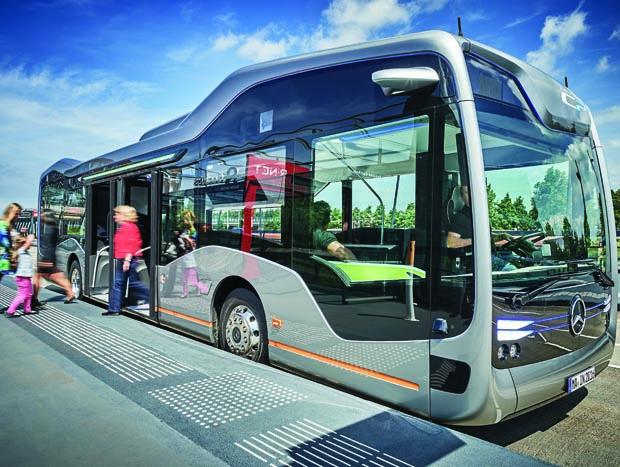Mercedes-Benz Future Bus mit CityPilot; teilautomatisiert fahrender Stadtbus mit Ampelerkennung; Hindernis- und Fußgängererkennung; 10 Kameras; automatisierte Haltestellenfahrten; Radarsysteme für Nah- und Fernbereich Basisfahrzeug: Mercedes-Benz Citaro; OM 936 mit 220 kW/299 PS; 7,7 L Hubraum, Länge/Breite/Höhe: 12.135/2.550/3.120mm Mercedes-Benz Future Bus with CityPilot; semi-automated city bus with traffic light recognition; recognition of obstacles and pedestrians; automated bus stop approaches basic vehicle: Mercedes-Benz Citaro; OM 936 rated at 220 kW/299 hp; displacement 7.7 l; length/width/height: 12135/2550/3120mm