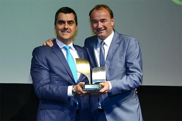 Philipp Schiemer, presidente da Mercedes-Benz do Brasil e CEO América Latina, recebe o prêmio de Empresa do Ano de Marcelo Fontana, diretor da OTM Editora, organizadora do evento