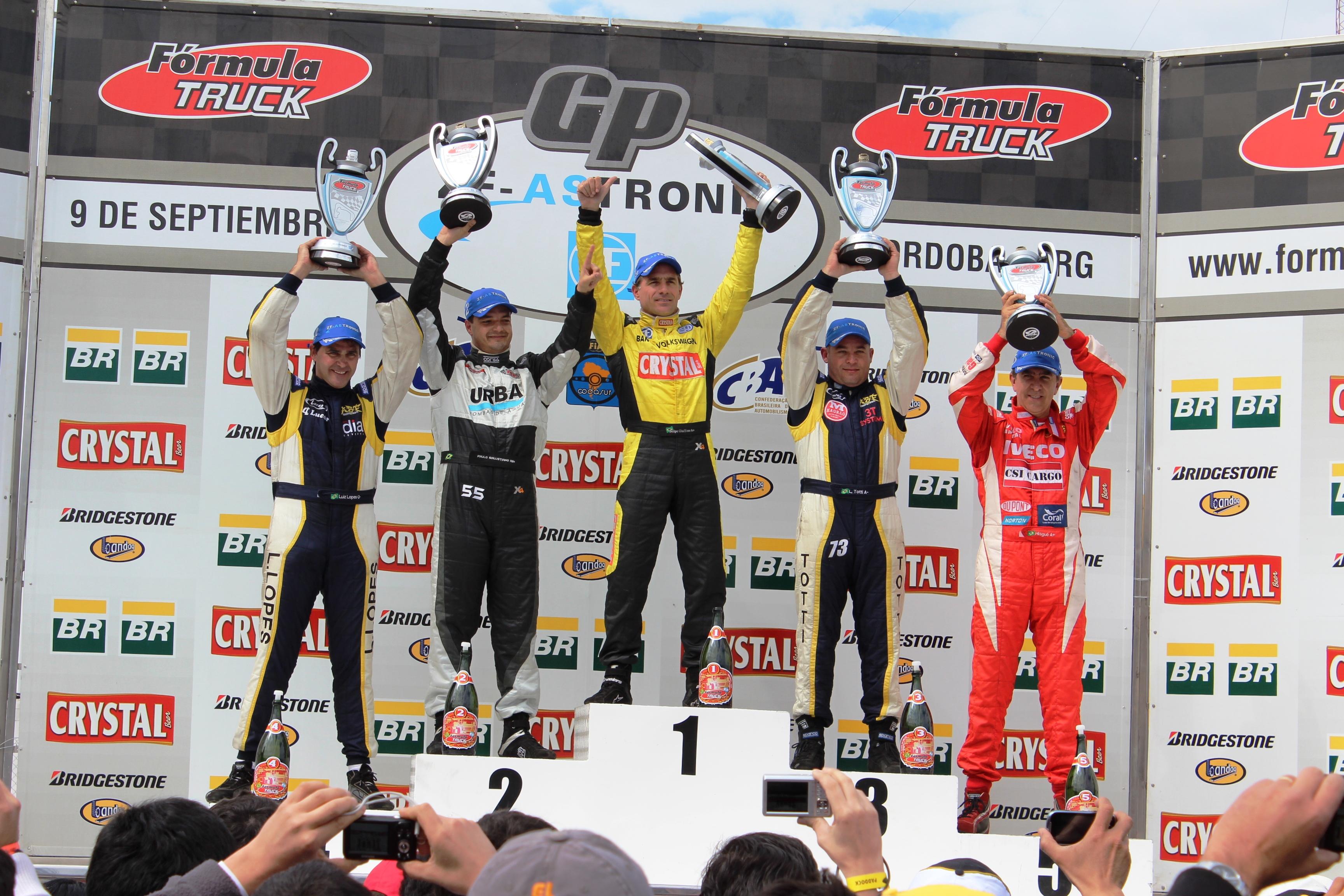 Felipe Giaffone levanta a taça e Leandro Totti leva o campeonato Sul-Americano de Fórmula Truck.