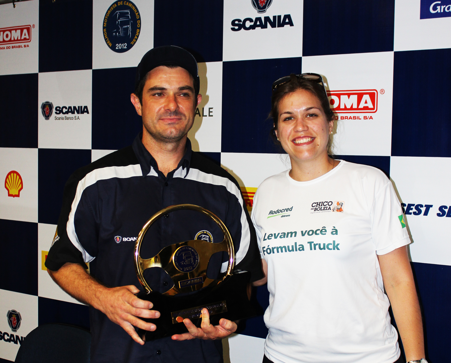 Repórter Larissa com o grande campeão do Melhor Motorista de Caminhoneiro Brasil, Vinicíus de Moraes.