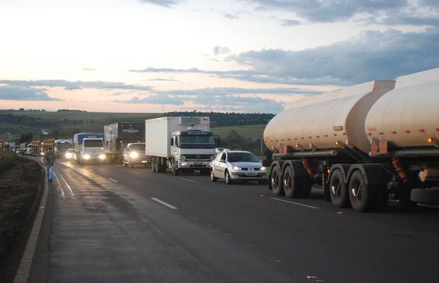 Motoristas poderão ser obrigados a acender faróis durante o dia nas rodovias.