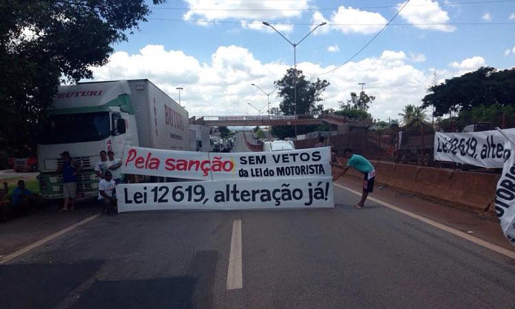 GREVE – Caminhoneiros bloqueiam BR-381 em Oliveira