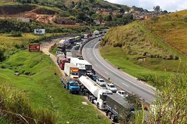 Para liberar estradas, governo promete congelar preço do diesel e aprovar direitos dos caminhoneiros
