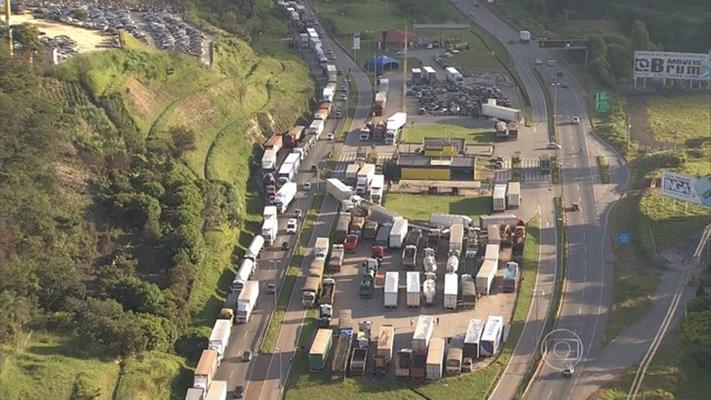 Fernão Dias continua bloqueada por ato de caminhoneiros