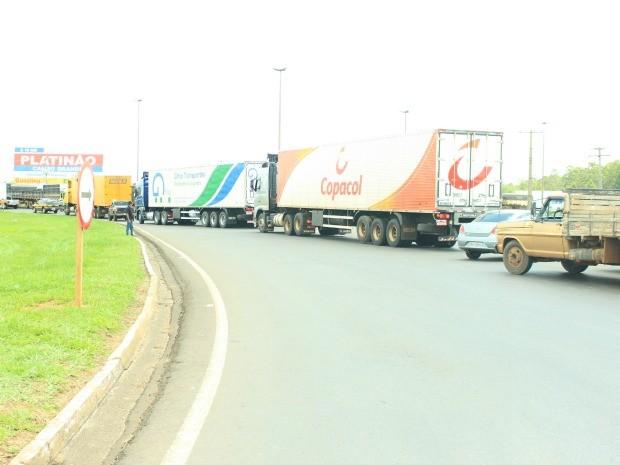 Caminhoneiros fazem protesto e interditam rodovia em Campo Grande