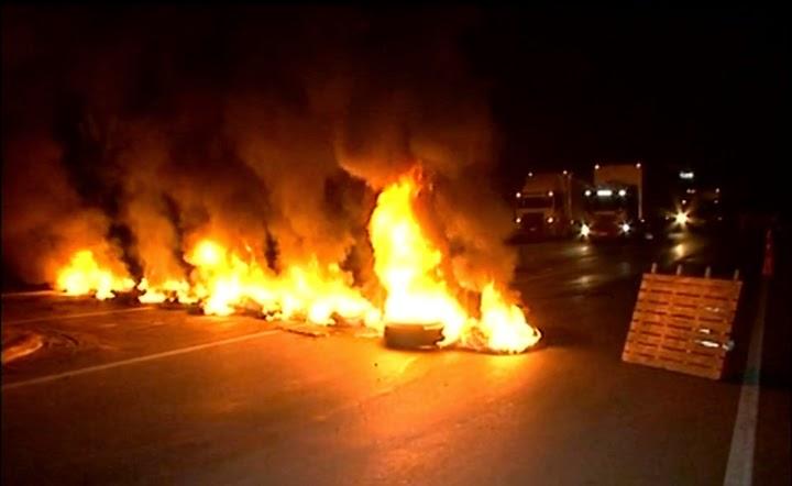 Protesto de caminhoneiros interdita a BR-101 em Atílio Vivácqua, ES