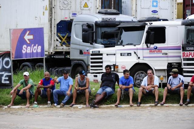 Caminhoneiros mantêm trégua, mas não descartam retomar greve