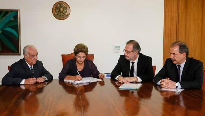 Pressionada, Dilma Rousseff sanciona nova lei dos caminhoneiros sem vetos