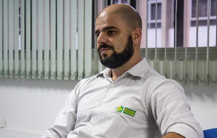 Chico da Boleia visita fábrica da Mann Filter e entrevista engenheiro especialista em qualidade e tecnologia de filtros.