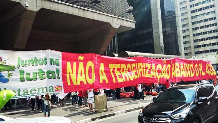 Retrocesso: deputados ignoram protestos e votam pela ampliação irrestrita da terceirização