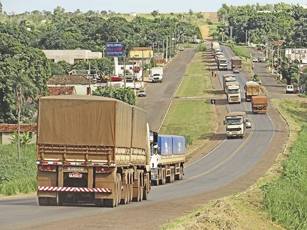 Estradas de MT têm apenas 2 trechos 'bons' para escoar grãos, aponta CNT
