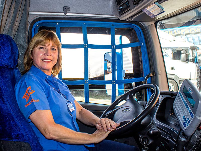 Com falta de motoristas, estrangeiros e mulheres assumem volante de caminhões