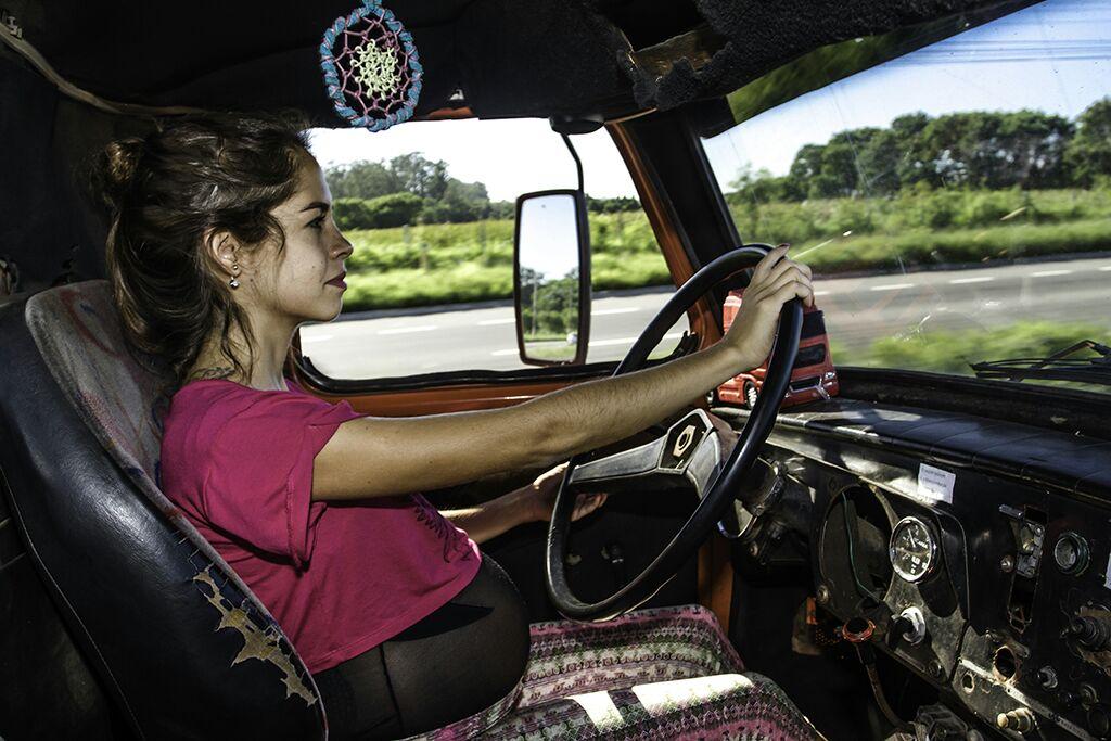 A caminhoneira Anailê, grávida de quase nove meses, conta sobre seu dia a dia na boleia.