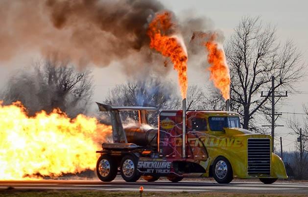 Conheça o caminhão com turbinas mais rápido do mundo