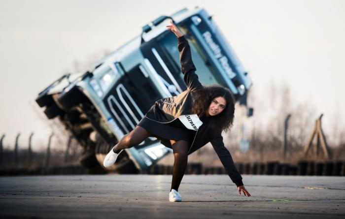 """VÍDEO: Cantora pop Mapei testa vida na estrada a bordo de um Volvo FH em """"Reality Road TV"""""""
