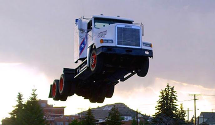 Caminhão quebra recorde mundial e faz 'salto' de 50 metros de distância no ar, assista