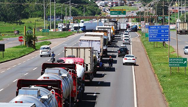 Transportadoras têm mais de 100 mil caminhões parados, diz pesquisa