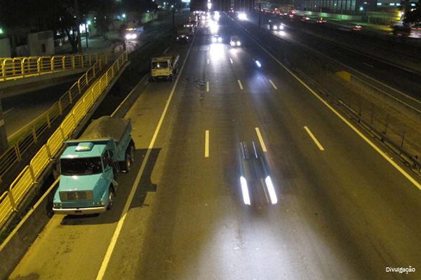 PRF alerta sobre o perigo de transitar ou estacionar no acostamento de rodovias