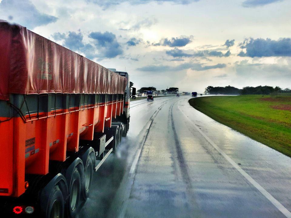 Licenciamento de caminhões com placas finais 1 e 2 termina dia 30 de setembro