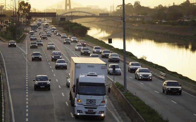 """""""Vilões"""" do trânsito, caminhoneiros dizem que não é fácil dirigir na cidade"""