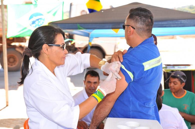 Concessionária inicia campanha para vacinar caminhoneiros na BR-050