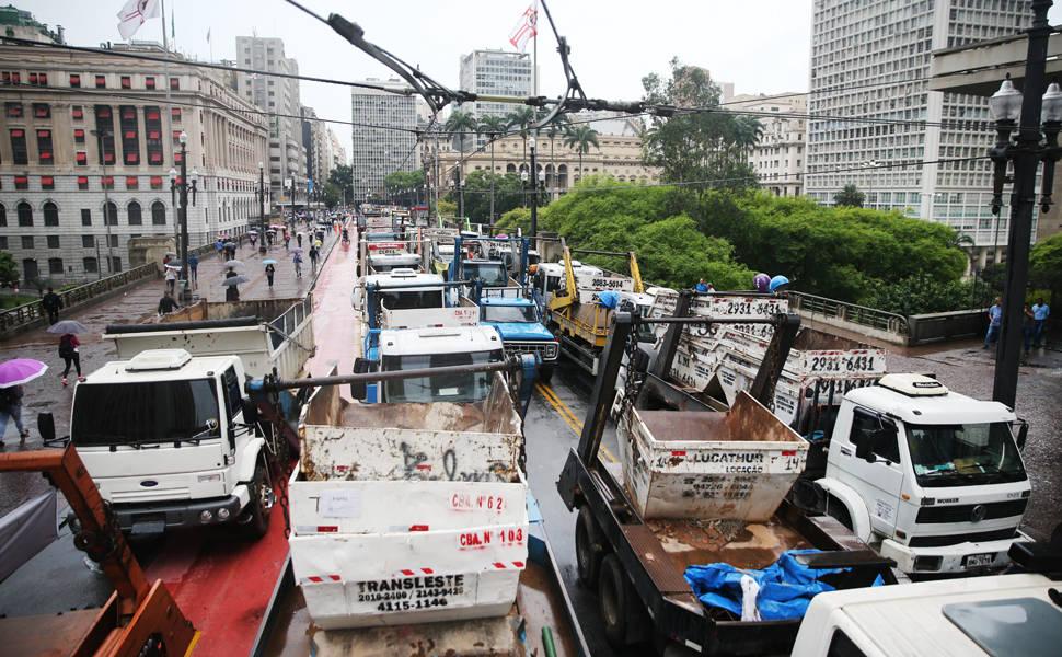 Protesto de caminhoneiros interdita viaduto do Chá em SP