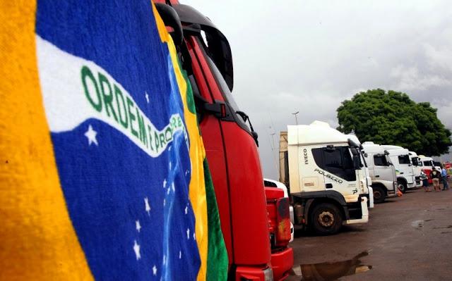 Caminhoneiros travam Marginal Tietê em protesto
