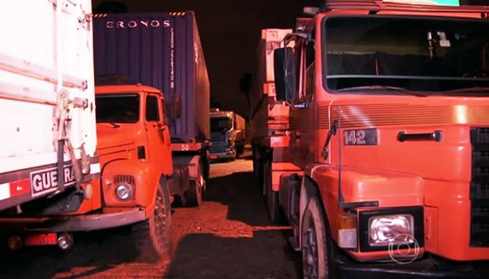 Sem locais adequados, caminhoneiros param nas estradas de SP e dormem nos acostamentos