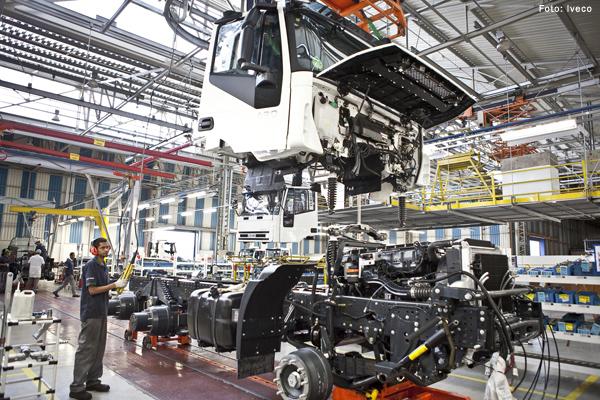 Produção de veículos no Brasil cai 22,8% em 2015, diz Anfavea