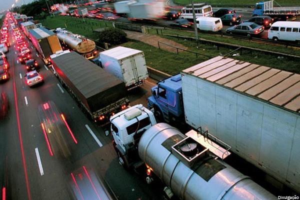 PRF divulga calendário de restrição para tráfego de caminhões durante feriados