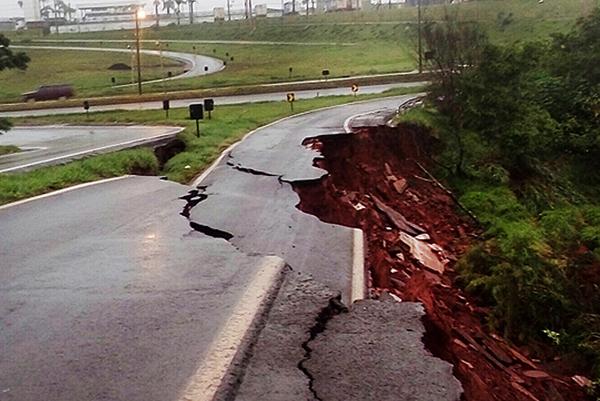 Chuvas interditam ao menos 18 estradas no estado do Paraná