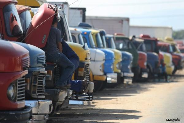 Pesquisa mostra que caminhoneiro brasileiro ganha pouco, trabalha muito e dirige veículos velhos