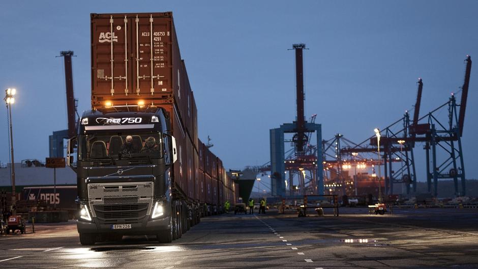 Volvo FH16 e I-Shift com marchas super-reduzidas puxam 750 toneladas
