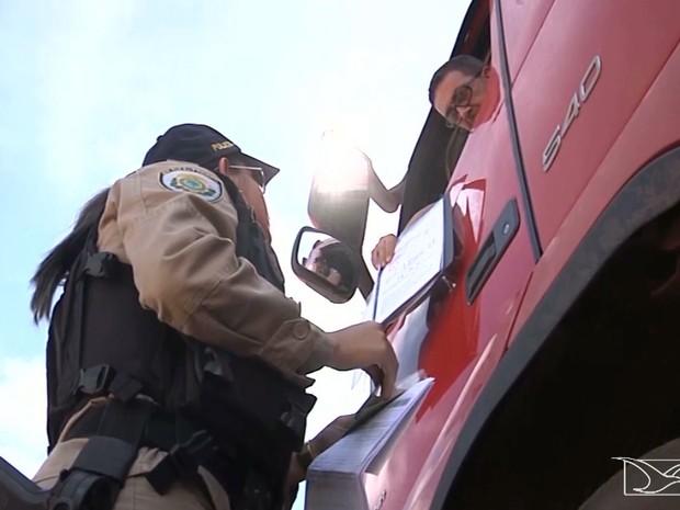 PRF fiscaliza caminhões que transportam safra de grãos no MA