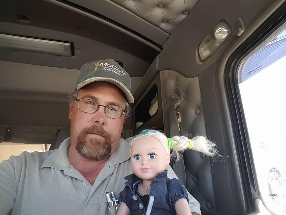 Caminhoneiro vira 'babá' da boneca da filha e fotos viralizam nas redes
