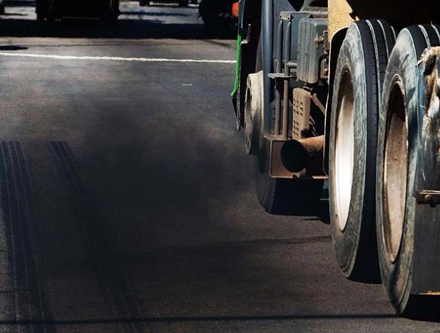Fumaça preta emitida por veículos é sinal de alerta aos motoristas