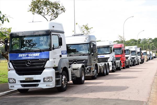 Mercedes-Benz entrega oito caminhões extrapesados ao  SEST/SENAT para treinamento de motoristas