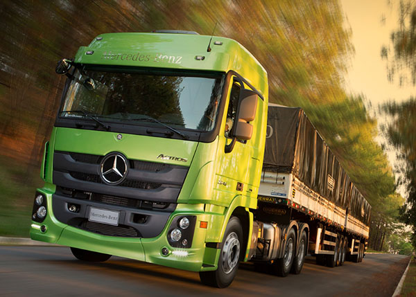 Mercedes-Benz realiza test-drive do novo Actros  com caminhoneiros no Posto Sakamoto
