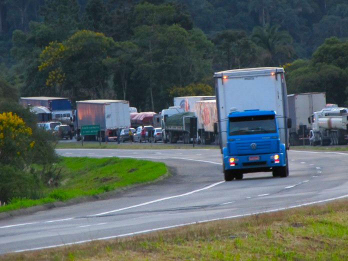 Comissão de Transportes dispensa farol aceso durante o dia em rodovias urbanas