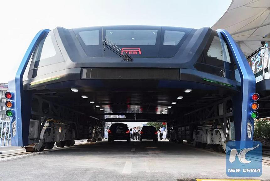 China constrói e testa ônibus que passa por cima dos carros; veja imagens