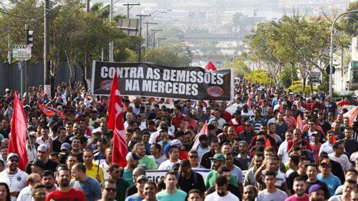 Metalúrgicos da Mercedes-Benz protestam contra demissões no ABC