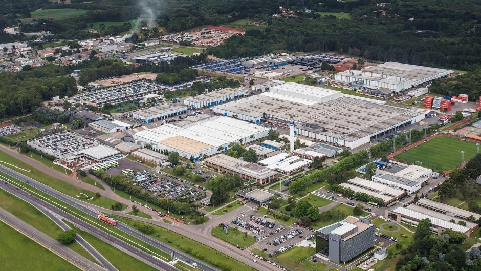 Volvo abre as portas de sua fábrica em Curitiba para caminhoneiros