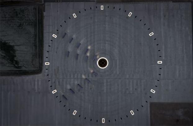 Deslumbre: esse relógio gigante visto de cima tem caminhões como ponteiros