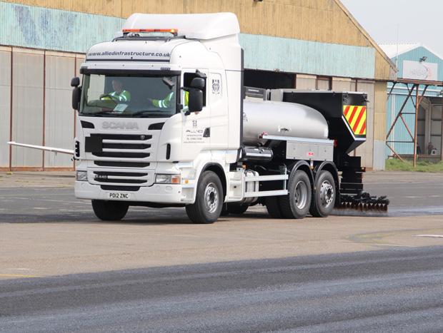 Caminhão tapa buracos é Scania R 440 adaptado