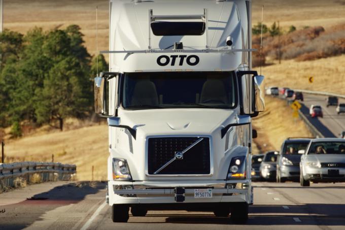 Caminhão autônomo da Uber faz 1ª entrega: 45 mil latas de cerveja