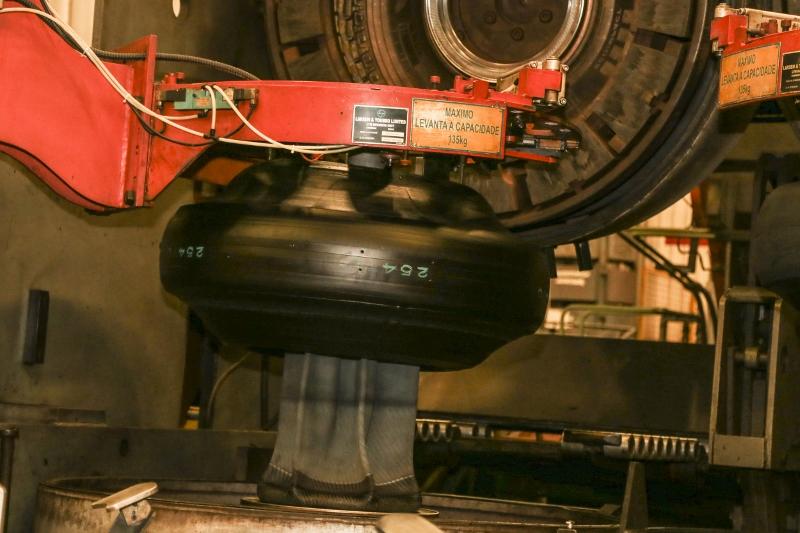 Pilotos da Fórmula Truck conhecem fábrica da Pirelli em Gravataí