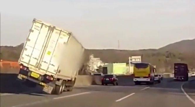 Caminhão fica sobre duas rodas em alta velocidade, mas motorista consegue controlar o veículo