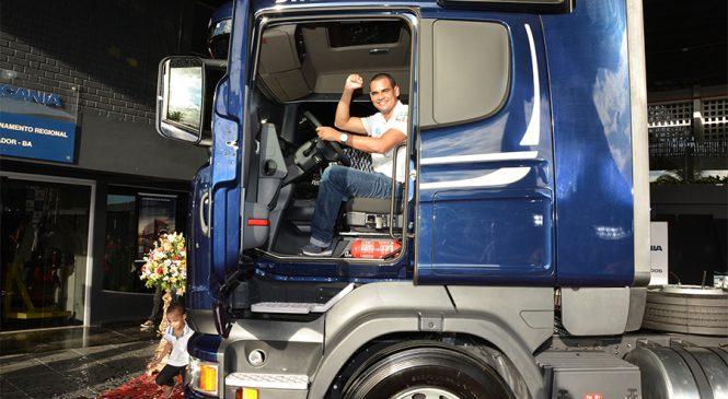 Melhor motorista da América Latina recebe caminhão e muda de vida
